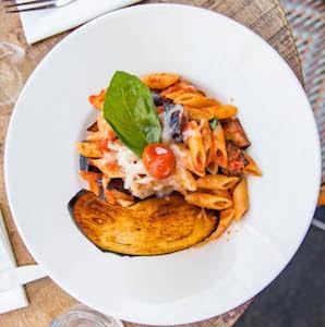 Pâtes tomates, aubergines frites et et fromage pecorino